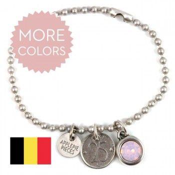 Verzilverd geluksarmbandje om gewoon altijd te dragen. Aan dit sieraad hangt een bedel van een Belgische Frank 25 cent-munt (dubbelzijdig).De lucky coin en Swarovski-kristal hangen aan een heel kwalitatieve ballchain (3 mm) die met dragen  mooier wordt. Deze armband staat, door kleur- en symboolgebruik, in het kort voor geluk, liefde, vriendschap en helder inzicht.Jouw Lucky coin sieraad komt met deze boodschap:See a penny pick it up,all day long you'll have good luck!De armband is zelf naar…