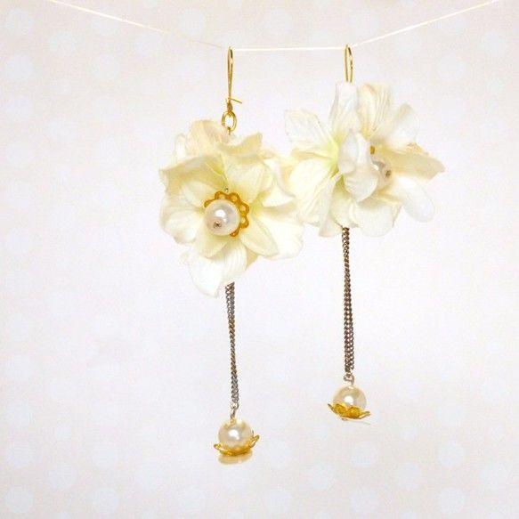 白い造花とパール、スパンコールや金の菊座とチェーンを組み合わせました。淡い色合いでまとめたので、春らしい明るいのコーディネートや、今流行りの全身白コーデにも合...|ハンドメイド、手作り、手仕事品の通販・販売・購入ならCreema。