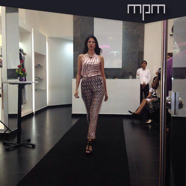 Este look lo componen dos prendas básicas : blusa halter y pantalón tubo con pliegues, ambos en seda.