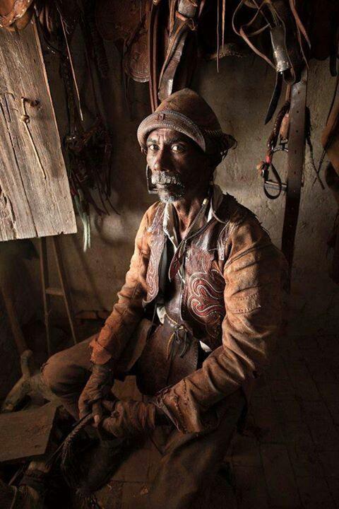 vaqueiro nordestino com roupa de trabalho: gibão, guarda peito, perneira, luva, chapéu, embornal e alpercata, tudo de couro