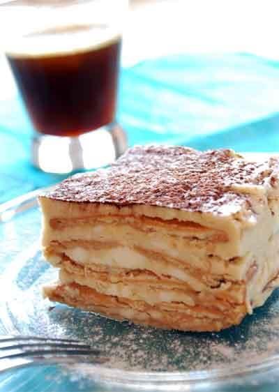 Pastel helado / 2 tazas de crema para batir fría.  250 gramos de queso mascarpone .  1/2 de taza de azúcar .  3 cucharadas de licor de café .  1 cucharada de café espresso granulado.  24 galletas de macadamia.  1 tablilla de chocolate