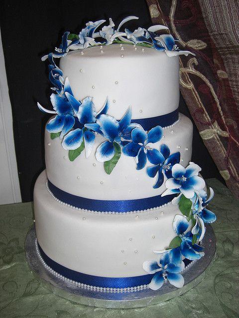 wedding cake in white and royal blue by The House of Cakes Dubai, via Flickr