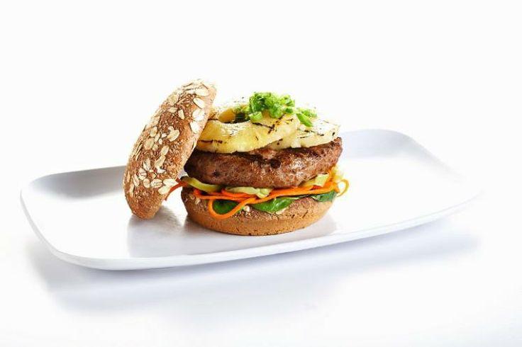 117 - HAMBURGUESAS 7 - En una sartén con un chorrito de aceite doramos unas rodajas de piña (una por hamburguesa) hasta que cojan algo de color. Añadimos un chorrito de salsa teriyaki, esperamos unos segundos más y reservamos. Cocinamos los filetes (pueden ser de carne de pollo o de cerdo, que combinan muy bien con la piña) y montamos la hamburguesa: un poquito de mayonesa en el pan, lechuga, rodajas de tomate, hamburguesa, queso blanco, un poquito de ketchup y una rodaja de piña.