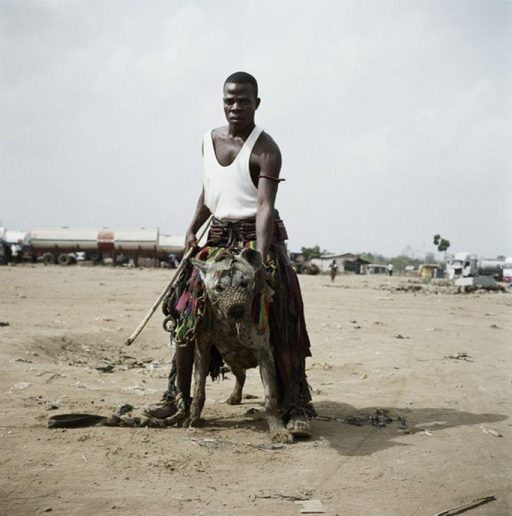Los hombres hiena: fotografías de pandilleros africanos con sus poderosas mascotas