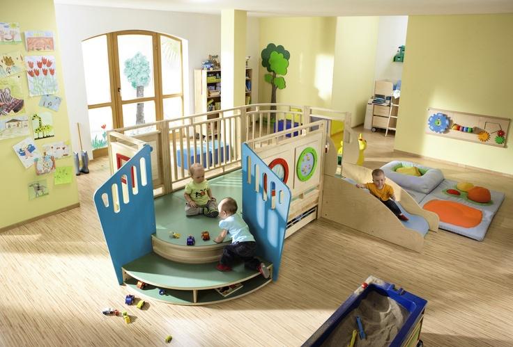 En innendørs lekeplass er den beste investering i lek og trivsel en barnehage kan gjøre. Vi kaller dem ofte for en 3. pedagog i barnehagen som «aldri er syk, alltid klar til å leke og vil være «ansatt» i barnehagen de neste 15-20 år.» Lekeplassene aktiviserer barna til selvstendig lek og mestring. Alle innendørs lekeplasser kan speilvendes og tilpasses individuelle rom. Ta kontakt for mer informasjon.