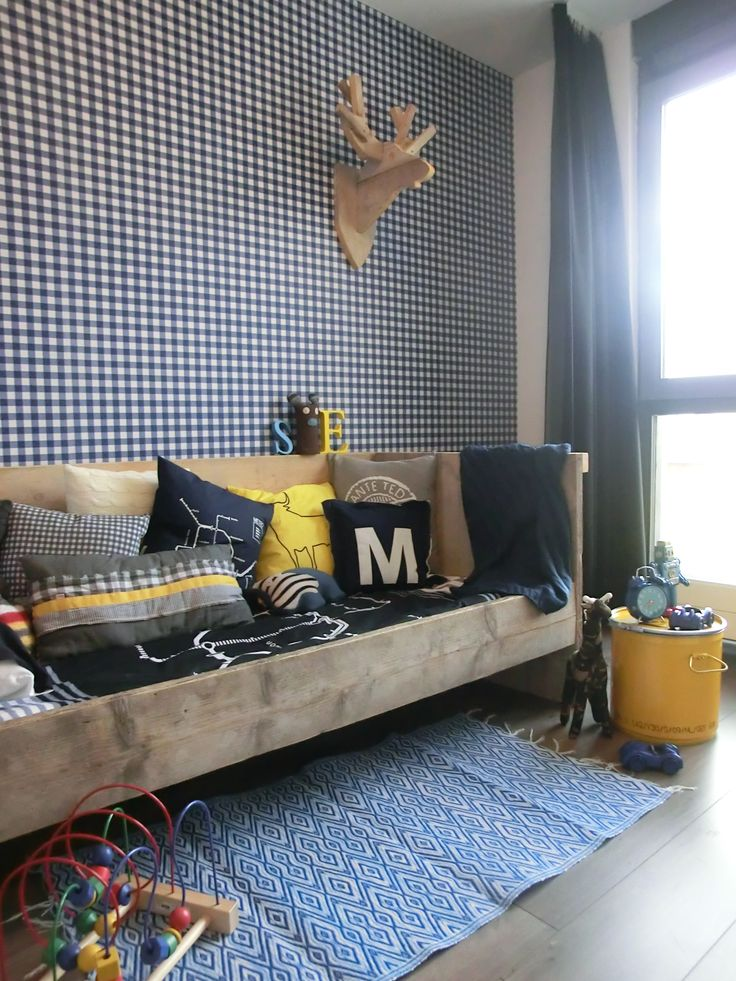 Kinderen | Kids ★ Ontwerp | Design Yvet van Riek - plaid wallpaper and wooden bed and yellow accents