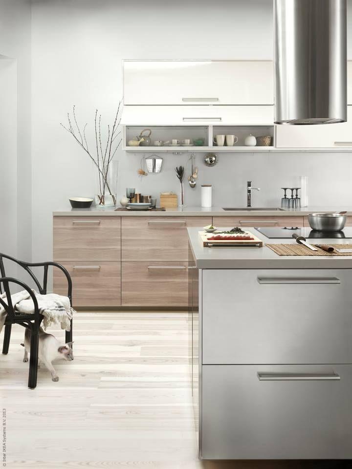 METOD kök med BROKHULT ljusgrå valnötsmönstrade lådfronter, GREVSTA lådfronter i rostfritt stål, RINGHULT högglans vita luckor.