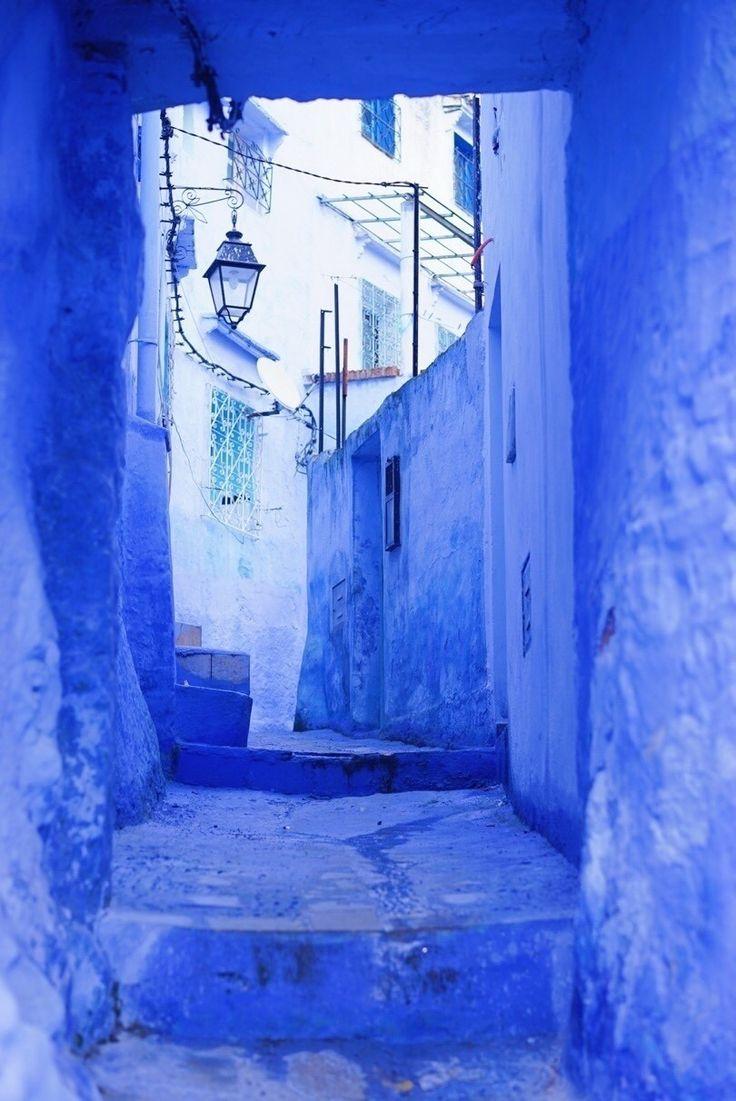 カチャリ、と鍵を開けて、屋上へと続く階段を登っていく。一段、二段、青い階段と手すり、白い壁、またたく星。 ざわり、と透き通る風吹き抜ける。この風はどこからきたんだろう。山の向こう、昨夜珍しく降った雪、冷たく頬染めて。 もしここに海があったなら、私はここへ住んでみよう、と今日決めていたかもしれない。人生に疲れたアラサーの女性よ、すべて一度はここへ来るというルールでもあればよかったのに。 日本を出て9日が経とうとしていた。ふわり、心、浮き立つ。自然と、笑える。そんな日々を取り戻そうと、今まさにしていた。いや、きっとここへ来たから。 アブダビよりも、マラケシュよりも、フ