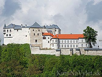 Narodná kultúrna pamiatka Hrad Ľupča sa týči nad mestom Slovenská Ľupča. Založený bol v polovici 13. storočia uhorským kráľom Belom IV. V areáli hradu sa nachádza aj 62 metrov hlboká studňa, z ktorej dna vedie tunel vyúsťujúci neďaleko hradu. Okres Banská Bystrica