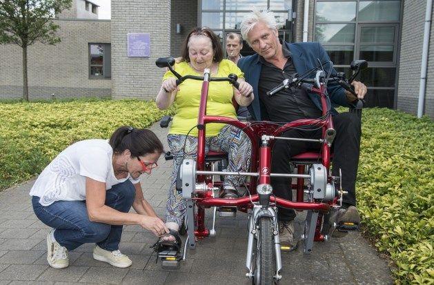 """Rick De Leeuw komt duofietsen woonzorgcentrum uittesten: """"Ze rijden er zelfs mee in de gangen"""""""