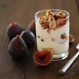 Take your breakfast parfait to the next level by roasting figs and walnuts! Roasted fig & walnut parfait with honey makes for a healthful and delicious breakfast! Fig Recipes, Dessert Recipes, Brunch Recipes, Just Desserts, Delicious Desserts, Dessert Healthy, Eat Healthy, Roasted Figs, Sorbets