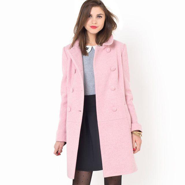 Le manteau en tweed 30% acrylique, 25% polyester, 25 % coton, 15% laine, 5% autres fibres. Fil métallisé. Ligne légèrement trapèze. 2 poches. Fermeture par double boutonnage. Boutons recouverts. Doublure 100 % polyester. Longueur 90 cm.