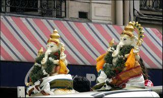 Pour la Fête de Ganesh, le dieu éléphant, tout le 10e arrondissement autour de la Gare du Nord est festif et décoré.