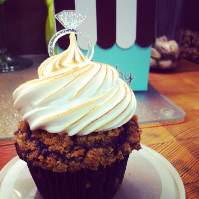 S'mores Cupcake! Chocolate cake, gram cracker crumbs & marshmallow frosting - yes please!!