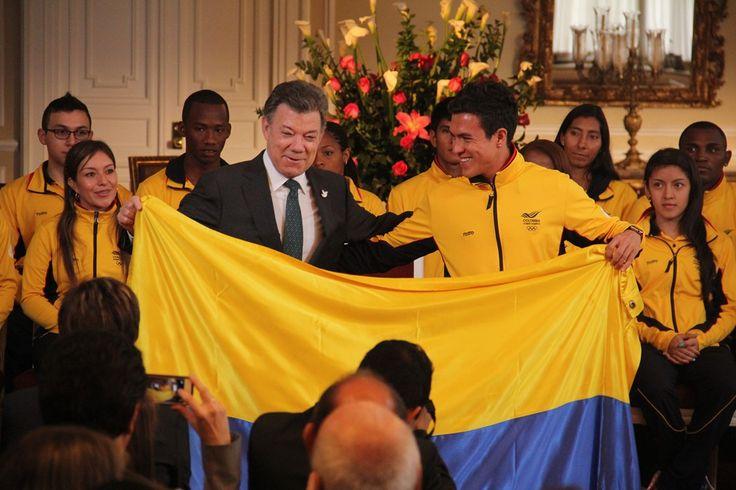 Entrega de Bandera- presidente Santos y Miguel Ángel Rodríguez