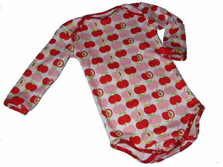 Romper van appeltjes interlock van Hamburger Liebe, biesjes van sakura bloemen bio jersey van Smila's, op de linker mouw een heel klein lime geruit strikje.