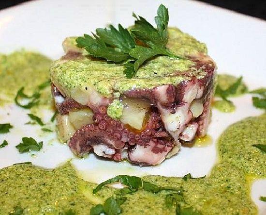 Questa ricetta d'insalatina di polpo in salsa verde è un modo esteticamente gradevole per presentare un piatto arcinoto...