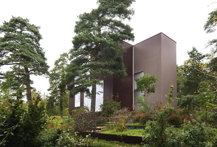 La villa sul pendio ARCHITETTURA GREEN Un giardino terrazzato circonda l'abitazione. Il progetto è stato pensato nell'ottica del minimo impatto ambientale.