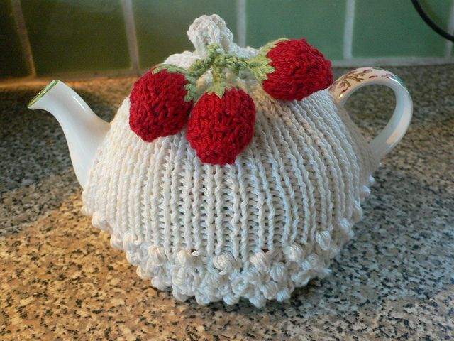tea cozies | Strawberries & cream tea cozy