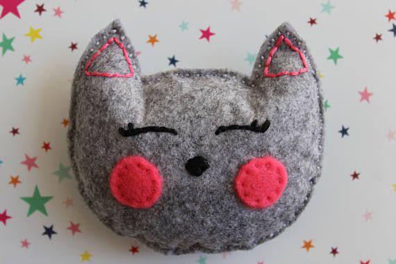 Tête de chat gris somnolent