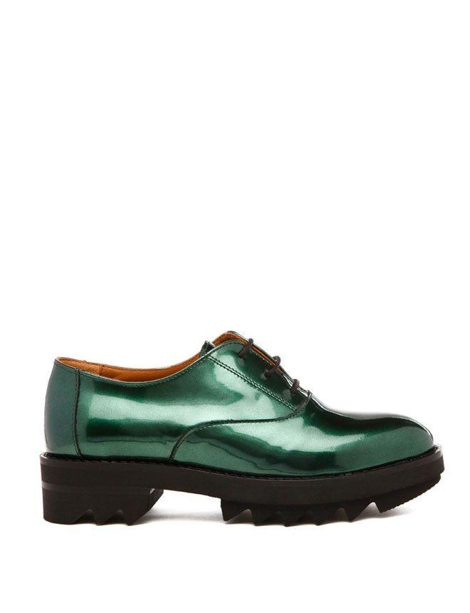 """Zapatos tipo oxford metalizados en verde con suela """"creeper"""" de Bimba y Lola (175 euros)."""