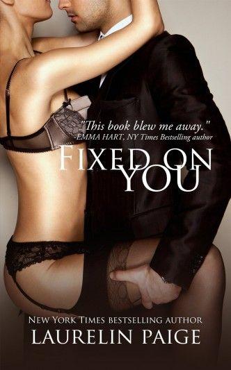 """""""Fixed On You"""" de Laurelin Paige faz parte de uma trilogia erótica. Os protagonistas vêm de mundos diferentes. Ele é rico, charmoso e possessivo. Ela trabalha como empregada numa discoteca e é uma mulher segura e bem humorada. E ambos vão perceber que a atracção sexual não é o único ponto que têm em comum. #eroticromance #livros #eroticos #romances"""