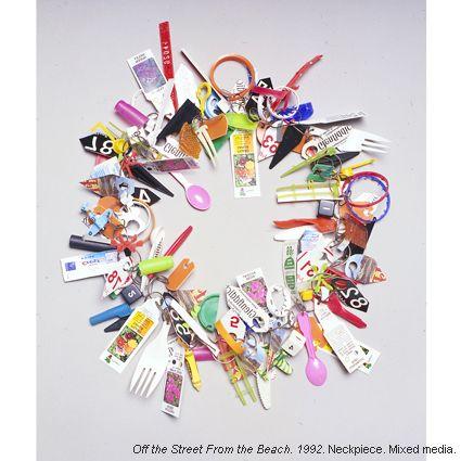 IR_Fin dagli anni '70, il designer americano Robert Ebendorf ha intuito la fondamentale importanza del riciclo come filosofia creativa. Non è la ricchezza del materiale ad attrarre l'occhio, ma la potenza comunicativa della creazione: materiali di scarto dismessi, come carta, plastica e pezzi di metallo, riprendono vita.Off the street From the beach, 1992 neckpiece. Since…