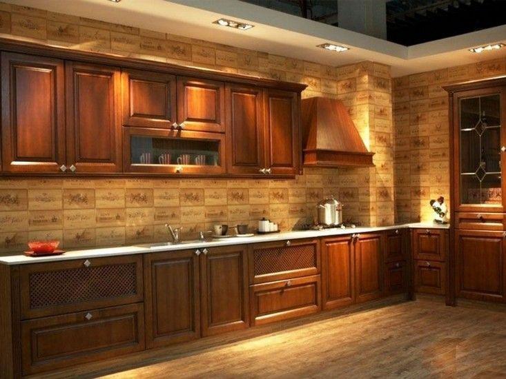 """Bu mutfakta koyu renkli ahşap dolaplar ile beyaz tezgah üstü bir karışımı var. Alan için paslanmaz çelik aletler seçildi. Klasik ve dinlendirici bir etkiye sahip bu mutfak için """"L"""" düz"""