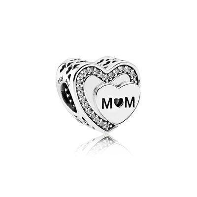 Geef een prachtig eerbetoon aan een geweldige moeder met deze hand-finished charm. De sterling zilveren charm is bezet met stralende zirkonia steentjes, uitgesneden hartjes en de ingegraveerde tekst 'Mom'. Bestel deze prachtige charm nu in de officiële PANDORA webshop!