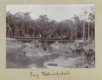 Brug Wittewaterkreek. Artikelen op Historiek.net over Surinaamse geschiedenis! Klik voor meer.