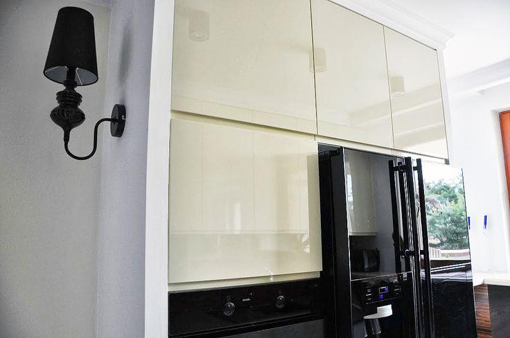 Biało-beżowa kuchnia w stylu glamour // Projektowanie wnętrz Warszawa // http://www.jedynetakiewnetrza.pl // white and black kitchen with wooden wall
