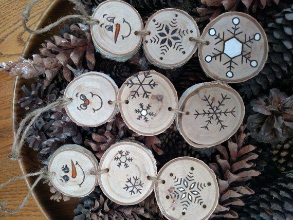 El listado se apila para un adorno de muñeco de nieve - cada uno será ligeramente diferente ya que cada disco de madera tiene sus propias marcas e imperfecciones. Estos muñecos están hechos de madera de abedul blanco. Árboles no son dañados para hacer mis adornos. Sólo usar árboles o ramas caídas. Cada sección del muñeco de nieve se asegura junto con guita. Para acabar con cada ornamento obtiene un bucle de guita por lo que se puede colgar.  Dimensiones aproximadas: cada adorno es 6 de…