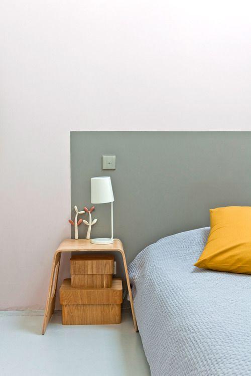 Tête de lit gris vert peinte sur le mur rose très clair. Simple et harmonieux #grey #frame #wall