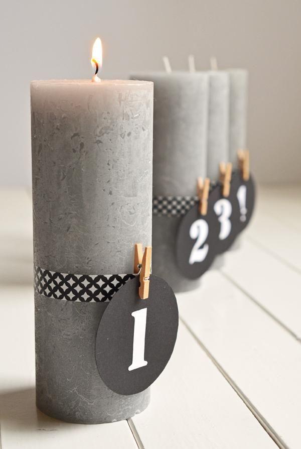 Stylischer Adventskranz ohne Tannenzweige mit grauen Kerzen und Zahlen