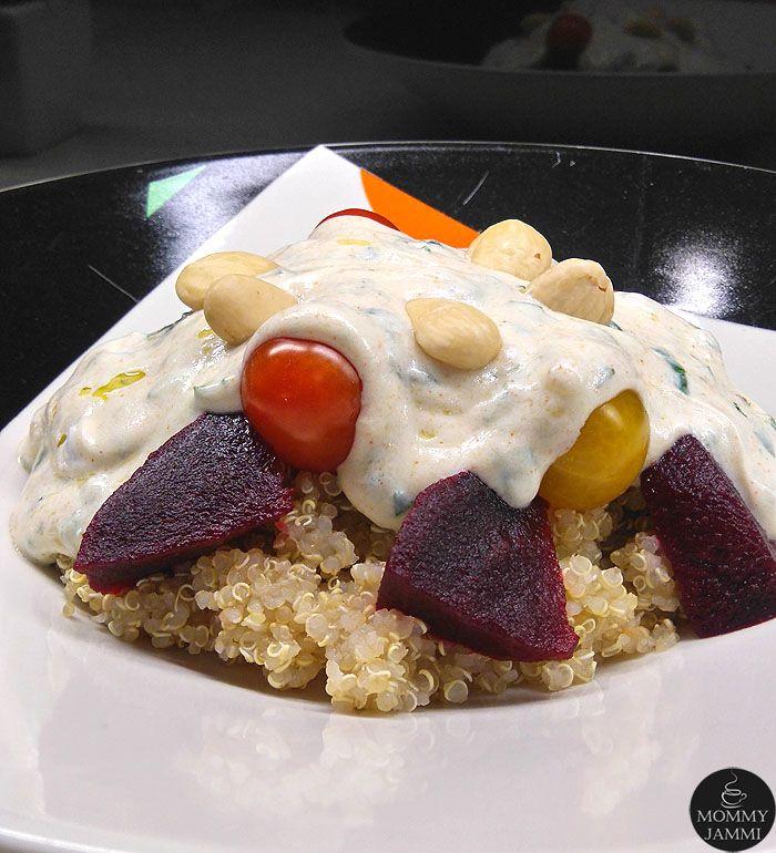 Το κινόα είναι η νέα μόδα στην υγιεινή διατροφή και κερδίζει ολοένα και περισσότερους θαυμαστές. Σαλάτα με κινόα, παντζάρι, ντοματίνια και σως γιαουρτιού.