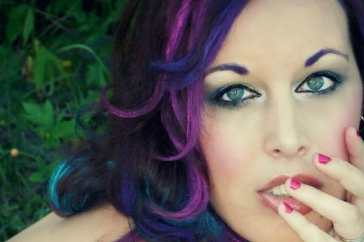 I capelli prima di essere tinti con i colori a cera dovranno essere bagnati perché il colore prenda bene e abbia una distribuzione uniforme. Dividete i capelli a ciocche e scegliete voi quanta lunghezza volete colorare, considerando che potete anche accostare due tonalità.