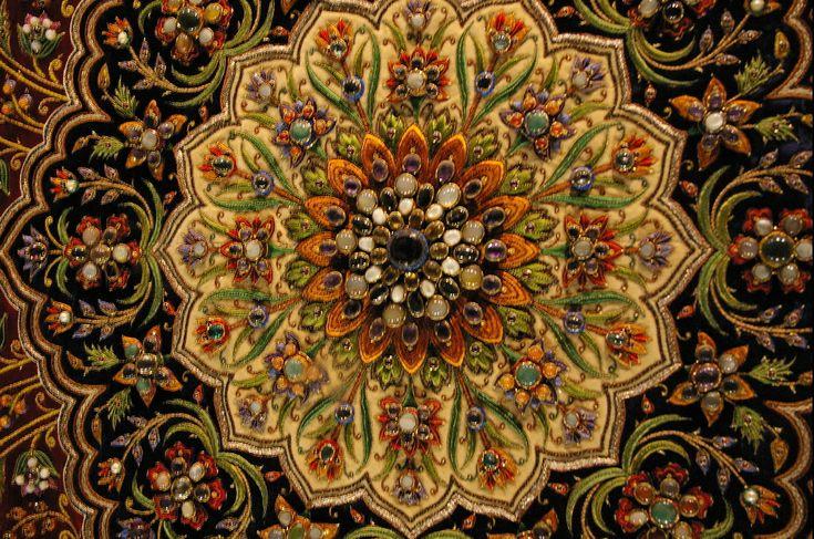 Вышитые картины Шамсуддина – самые тяжелые художественные вышивки в мире, каждая весит больше двухсот килограммов! Художник украшал их драгоценными камнями, некоторые – тысячами самоцветов. Одну из самых известных композиций - «шахматы» - с двадцатью тысячами камней мастер вышивал тридцать лет! Еще в 70-е годы шейх из Саудовской Аравии предлагал за нее два миллиона восемьсот тысяч долларов, но безуспешно. Шамсуддин работу не продал, понимая, что ничего подобного создать никогда уже не…