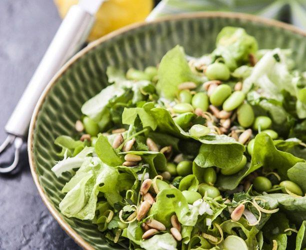 OPSKRIFT: Grøn salat med edamamebønner og pinjekerner