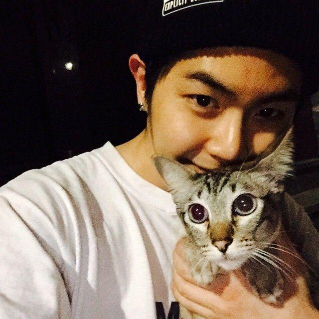 """"""" 엘리 산책하다!!! 드디어 산책냥이가 되는것인가?! ㅋㅋㅋㅋㅋ 엘리귀여워.. #엘리 #고양이 #cat #오랜만에나랑투샷 """" ⤴× kthpgs × I kpop I MASC - JIHOON"""