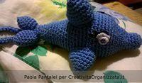 Delfino amigurumi: schema gratis in italiano per realizzare un pupazzetto a forma di delfino a uncinetto.