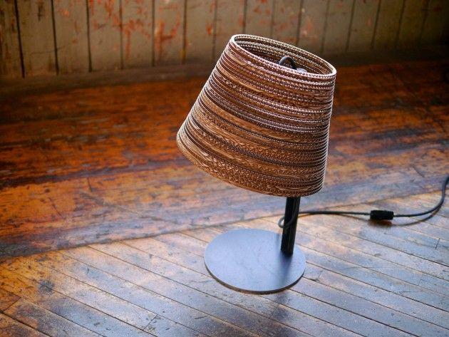 Graypants aggiunge Tilt alla loro collezione di lampade  fatte in cartone. Tilt è diponibile in due versioni, da tavolo  o da terra, entrambe fatte con il paralume in cartone  e il telaio di sostegno in acciaio verniciato.  Tilt è una lampada molto suggestiva, donando all'ambiente  in cui è posizionata calore ed eleganza.