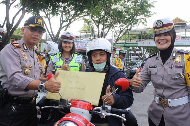 RiauJOS.com, Pekanbaru - Polresta Pekanbaru mengelar Operasi Zebra Siak 2017 dengan cara yang unik. Di hari kedua pelaksanaan operasi Pol...