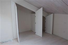 La nicchia del sottotetto è stata trasformata in un armadio a muro con il sistema di ante su misura della Esalinea. Con questo sistema è possibile ricavare armadi su misura in qualsiasi ambiente della casa con tempi e costi certi.