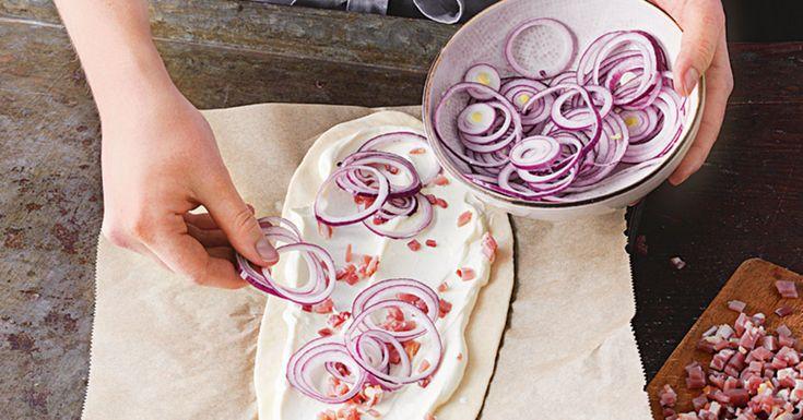 Flammkuchen ist ein echter Klassiker. Klassisch wird er mit Speck, Zwiebeln und Schmand belegt - mit diesem Grundrezept können Sie sich austoben.