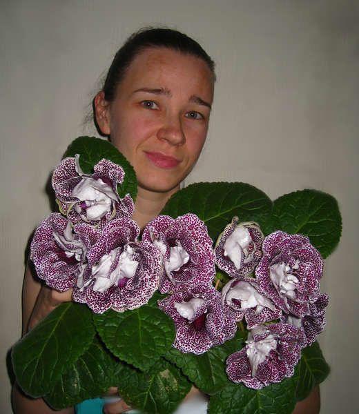 МАЛЕНЬКАЯ ХИТРОСТЬ: ЧТОБЫ ЦВЕТЫ В ДОМЕ ЦВЕЛИ ПЫШНО И ДОЛГО! Давно ли Ваш любимый цветок цвел, как в магазине цветов, не помните? Вот и я уже почти позабыла. Вроде и подкармливаю его, а он все не радует пышным цветением. Но вот недавно зашла в гости к подруге, а у неё цветы просто загляденье, все цветут, как на подбор. Как же так? Оказывается есть одна маленькая хитрость, для того чтобы цветок цвел пышно и долго нужна специальная подкормка. Секрет её прост и доступен, делюсь, пусть и Ваши…