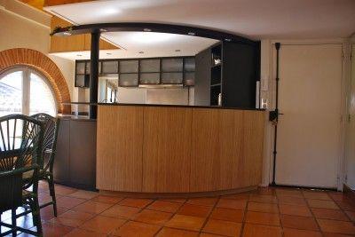 Cuisine ouverte avec un bar en arc de cercle en bois clair for Rampe lumineuse cuisine