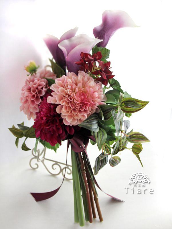 大人の女性にお似合いのアームブーケ。アーティフィシャルフラワーのカラーとダリア、多肉植物やランの花を束ねました。