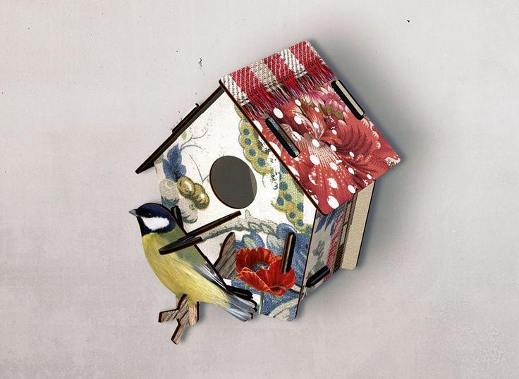 Maison d'oiseau en kit en bois imprimé chez Miho. Des objets poétiques et fantaisistes pour orner vos murs.