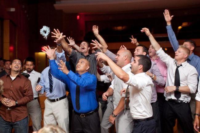 Бросание подвязки на свадьбе. Как может проходить эта традиция и чем ее можно заменить?  http://svadbadonetsk.ru/brosanie-podvyazki-na-svadbe/