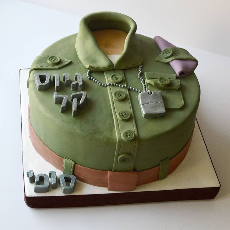In Israel, most 18 year olds do the obligatory army service in the Israel Defence Force (IDF). This is done after high school and before starting university and is usually about 3 years of service. The beret on the shoulder signifies the unit the soldier will belong to. May Sofie stay safe and be strong! #customcakes #cakestagram #army #idf #soldier #kosher #sweet #fondant #cookiesandcream #chocolatecake #israeli_kitchen #makingjerusalemsweeter @magic_colours_inside @satin.ice